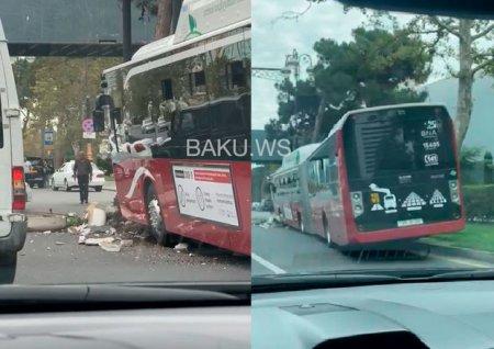 "18 metrlik ""BakuBus"" avtobusu qəzaya uğradı - VİDEO"