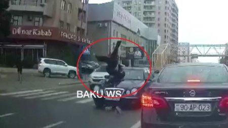 Bakıda dəhşətli qəza: Avtomobil qadın piyadanı havaya uçurdu - ANBAAN VİDEO
